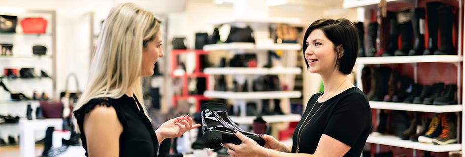 Visuel d'un vendeur conseil en magasin de chaussures