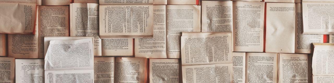 Livres ouverts les uns sur les autres