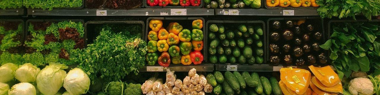 Légumes dans les rayon d'un supermarché