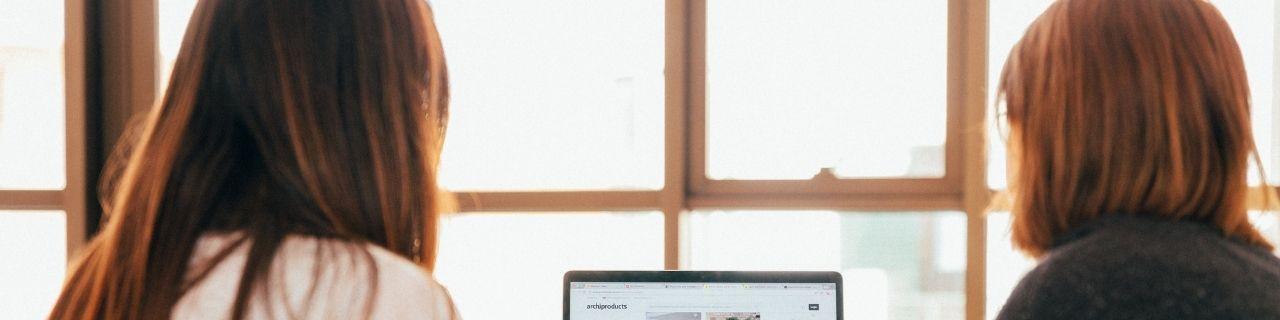 Deux femmes travaillant derrière un ordinateur